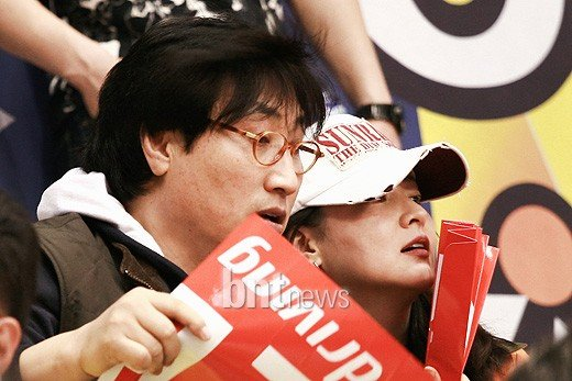 Lee Young Ae at a basketball game with her husband
