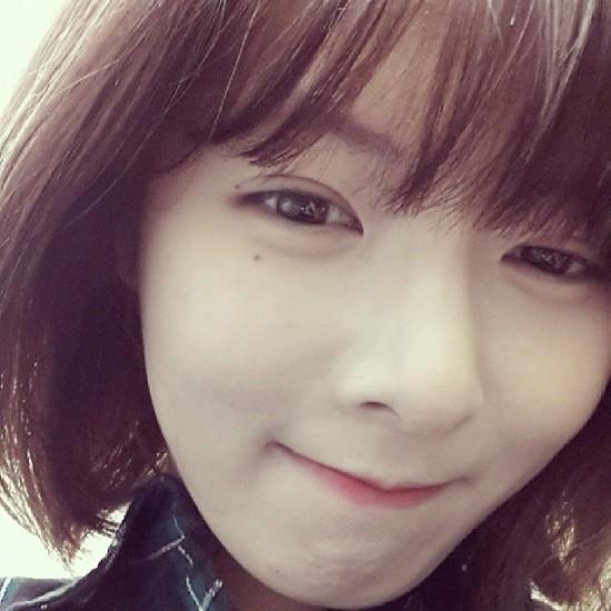 HyunA dyes her hair ba...