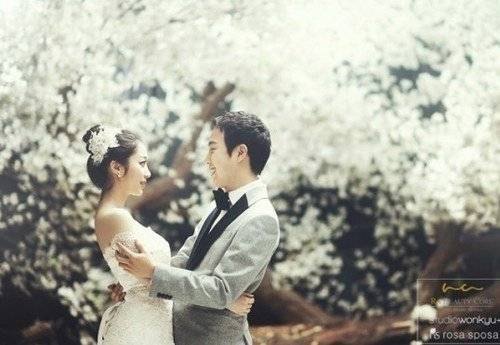 Busker Buskers Jang Bum Joon And Actress Song Ji Soo Have A Cherry Blossom Ending Wedding Pictorial