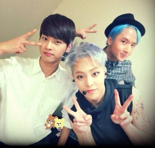 EXO's Xiumin poses cutely with his friends from VIXX ...
