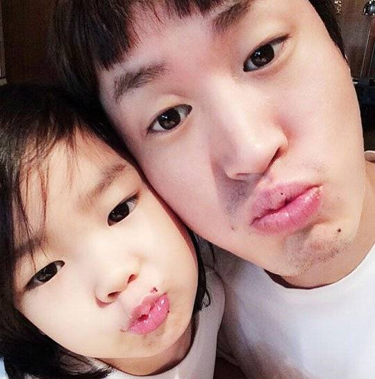 Tablo and Haru show off their similar cute looks in cute ...