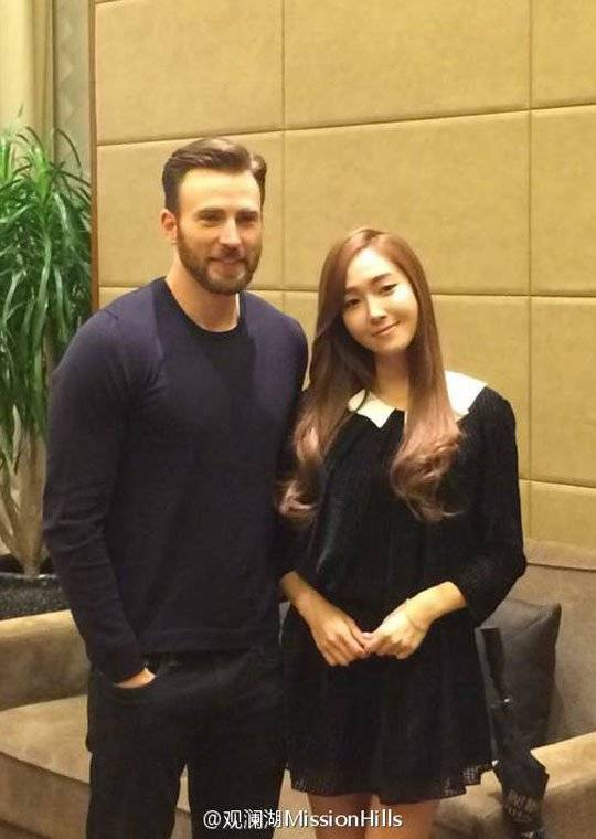 Jessica takes a snapshot with Hollywood actor Chris Evans