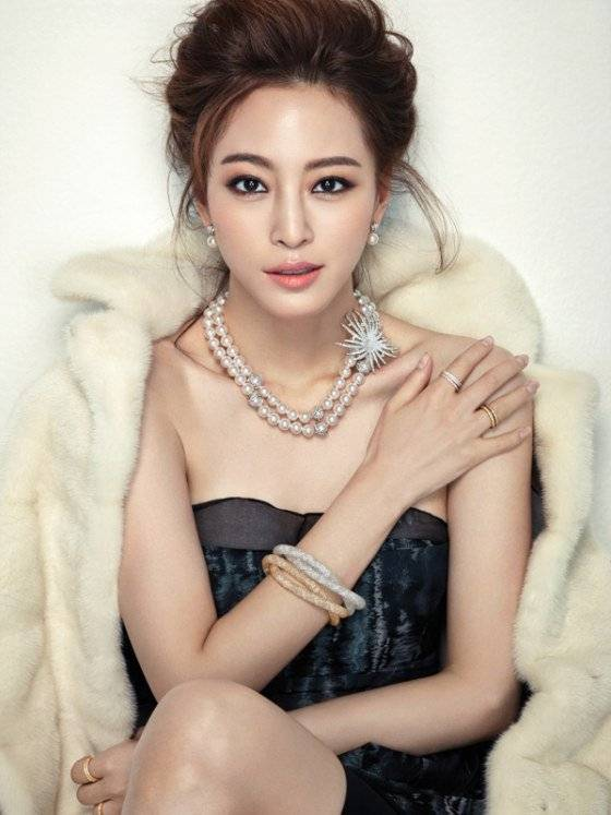 Han Ye Seul displays her classic beauty dressed in party outfits in additional photos for 'Cosmopolitan'