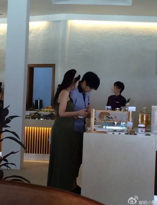 Sungmin and Kim Sa Eun spotted on their honeymoon in the Maldives