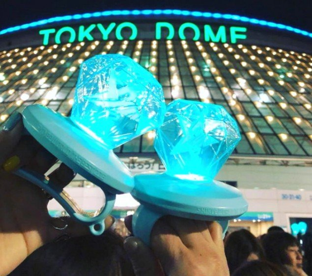 shinee u0026 39 s new official lightsticks are a huge hit in japan