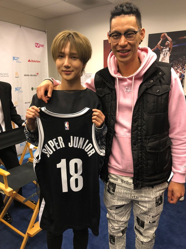 Super junior and jeremy lin meet in kcon 2018 ny koogle tv not only did jeremy lin greet the veteran group but had also gifted them with a personalized brooklyn nets jersey with his signature m4hsunfo