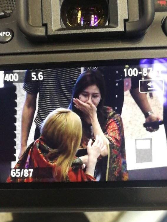 Anggota Twice menangis