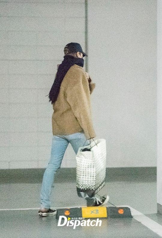 Kai EXO membawa hadiah untuk Jennie Blackpink