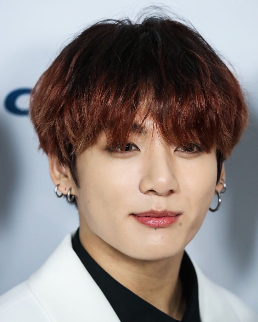 Korean Economy Media reports the outfit worn by BTS' Jungkook is Sold Out in a flash after Shutterstock's photos of him were released | allkpop