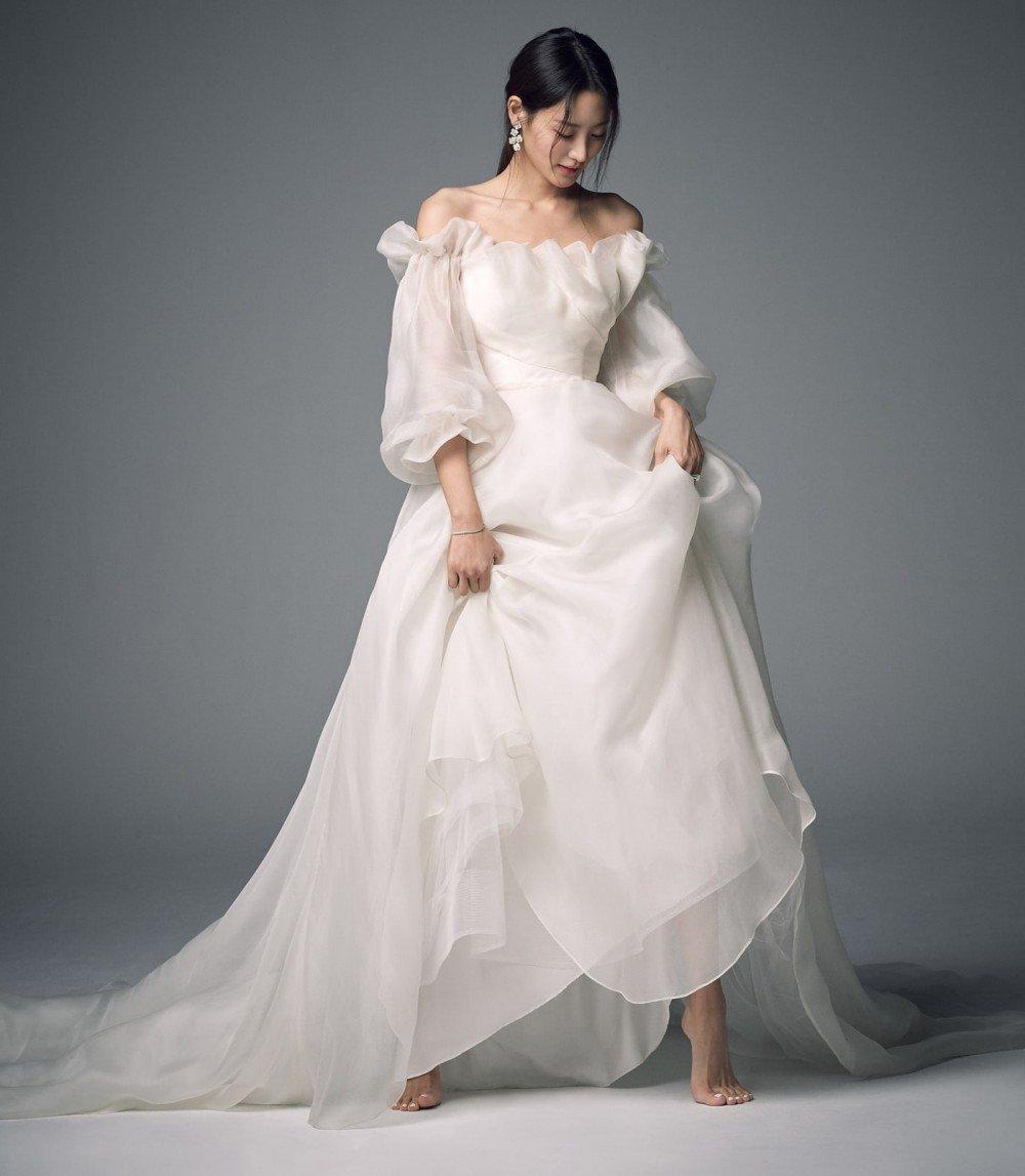 Actress Soo Hyun (Claudia Kim) reveals her wedding photos + siwan congratulates the newlyweds | allkpop