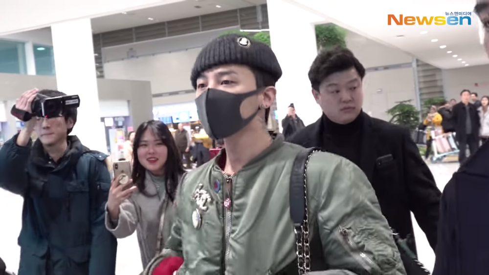 G-Dragon surrounded by reporters and fans as he returns to Korea from France | allkpop