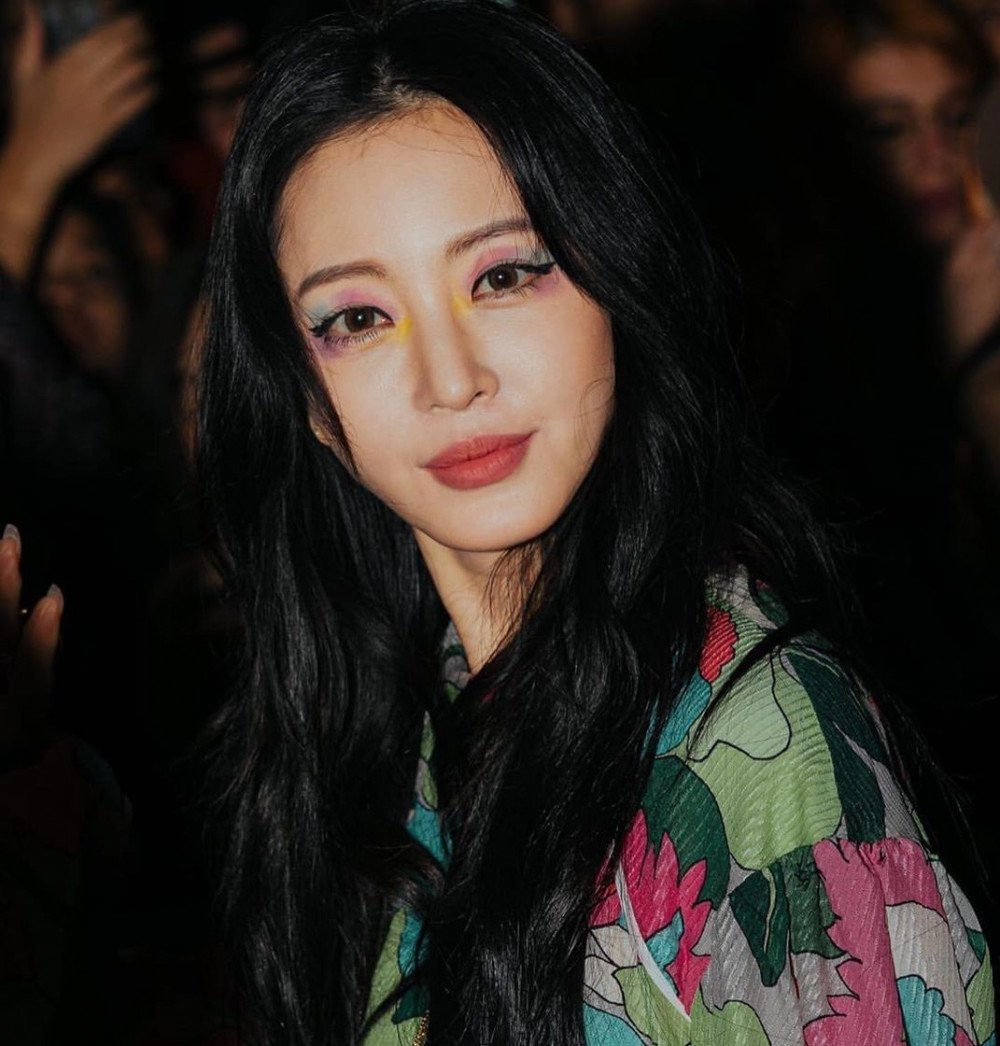 Han Ye Seul proves she is a fashion icon with a unique look at Milan Fashion Week