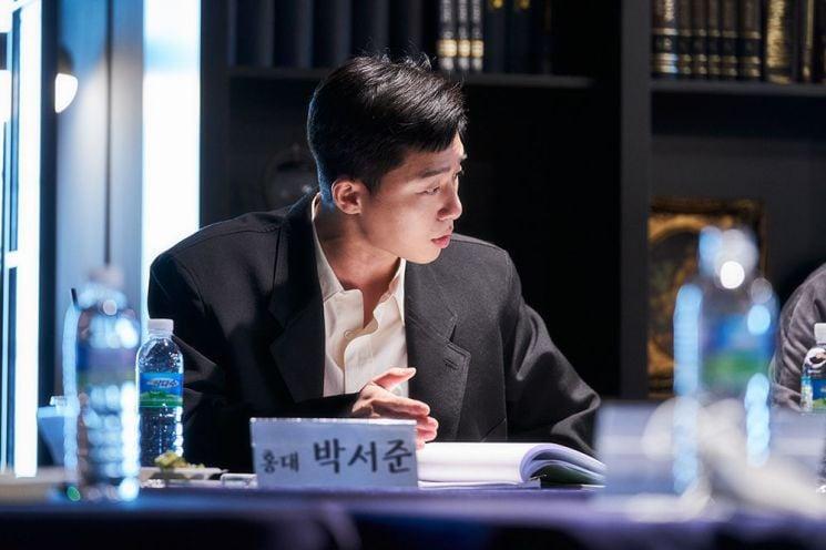 Anh chủ Park Seo Joon bỏ quán đi làm huấn luyện viên bóng đá, diện vest bảnh bao để ra mắt chị nguyệt IU - Ảnh 3.