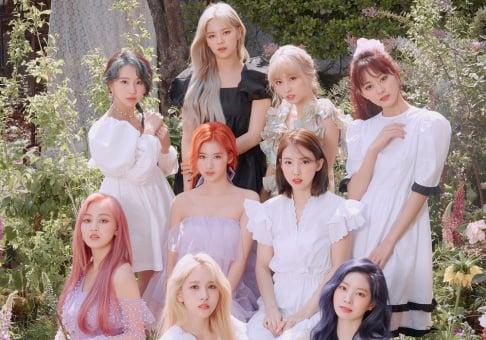 TWICE, Nayeon, Jungyeon, Momo, Sana, Jihyo, Mina, Dahyun, Chaeyoung, Tzuyu