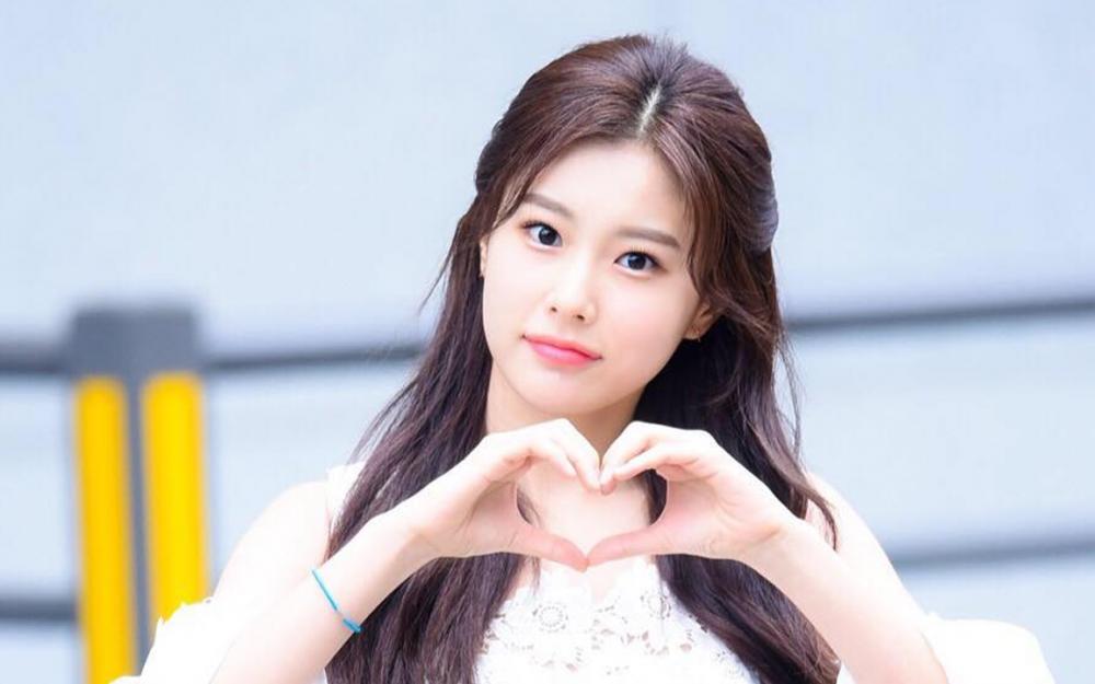 "Korean netizens have mixed opinions over IZ*ONE member Kang Hye Won's ""littering"" | allkpop"