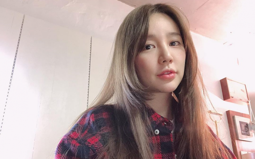 Actress Yoon Eun Hye updates fans and states she will be